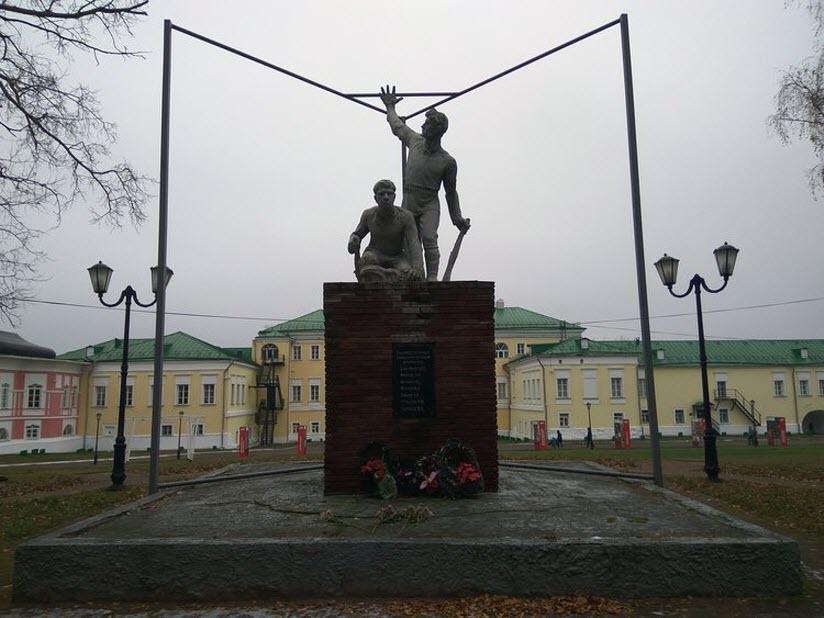 Памятник семи расстрелянным коммунарам