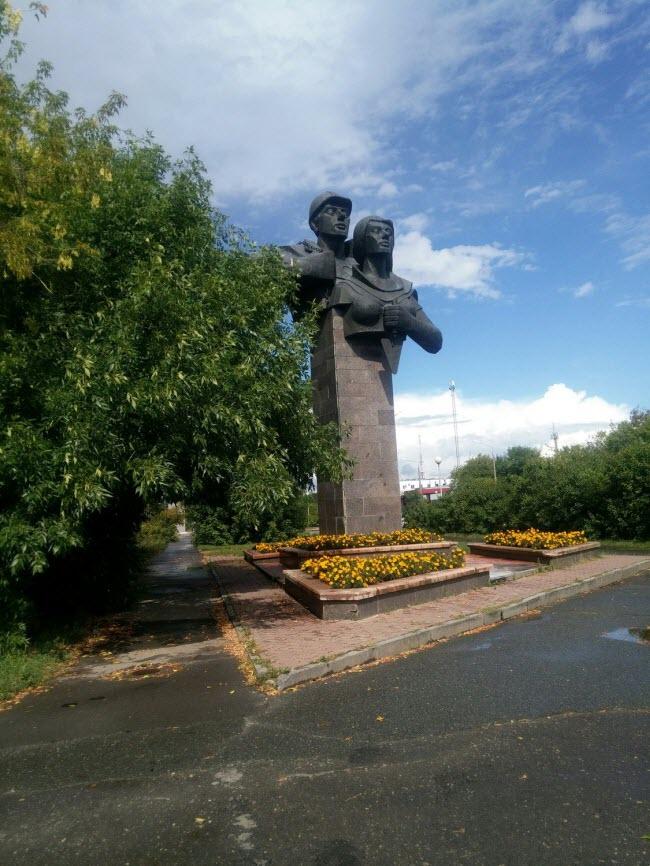 Памятник строителям города
