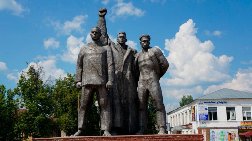 Памятник трем коммунистам
