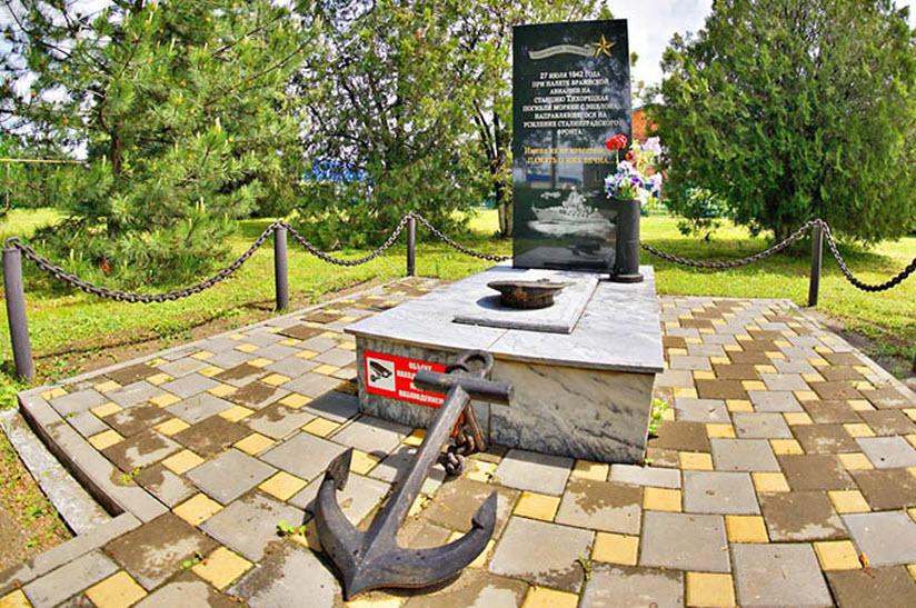 Мемориал в честь моряков, погибших на Привокзальной площади