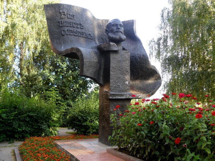 Памятник коммунисту Ивану Семенову