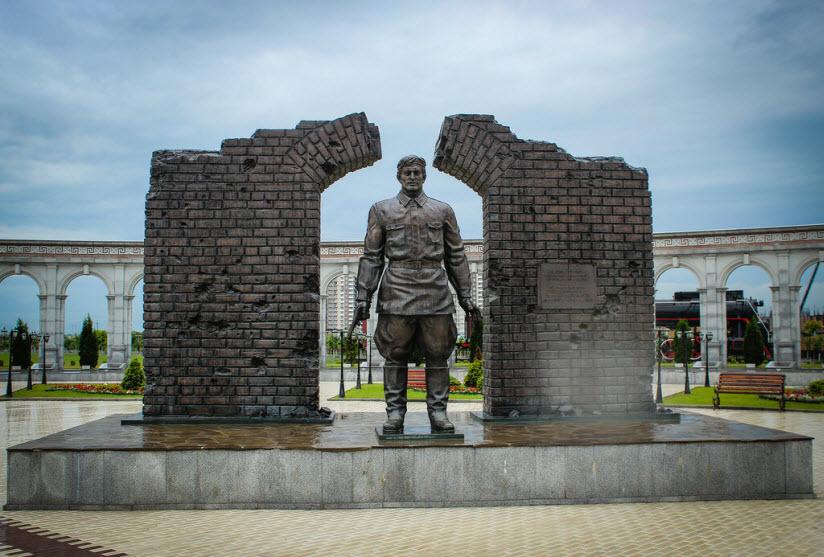 Памятник последнему защитнику Брестской крепости