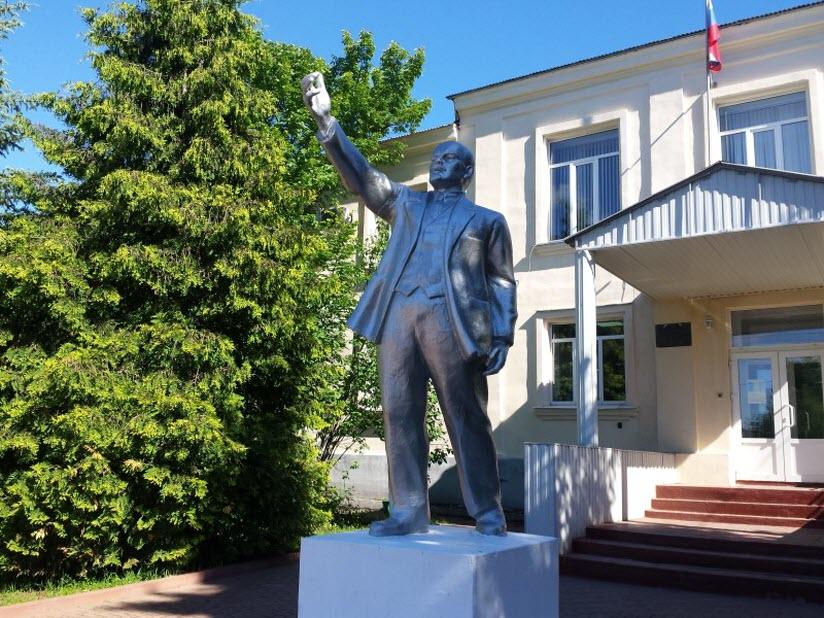 Памятник В. Ленину