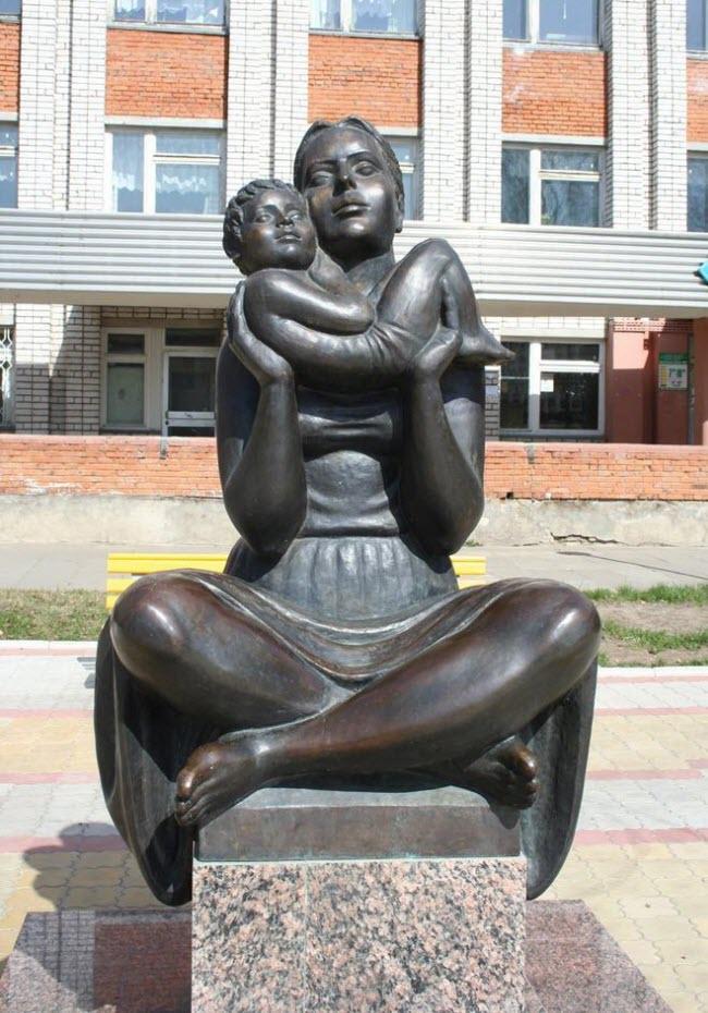Скульптура молодой женщины с младенцем