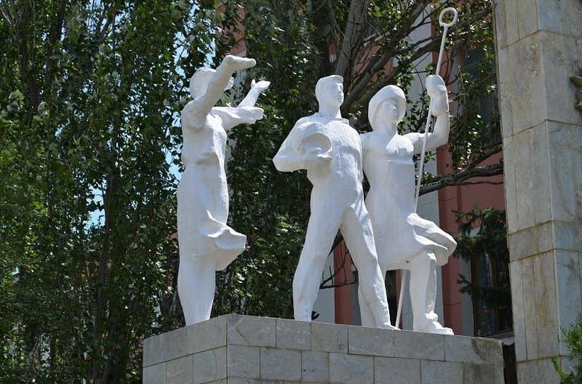 Памятник первостроителям завода «Дагдизель»