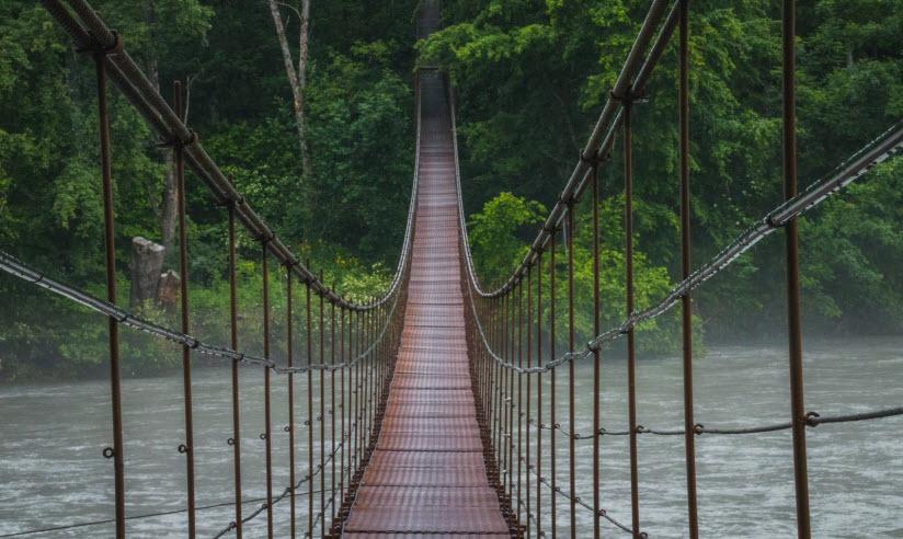 Пешеходный подвесной мост через реку Белую