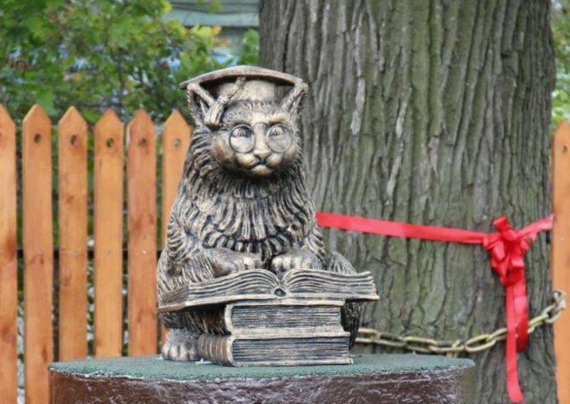 Памятник коту ученому