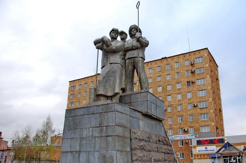 Памятник металлургам (сталеварам)