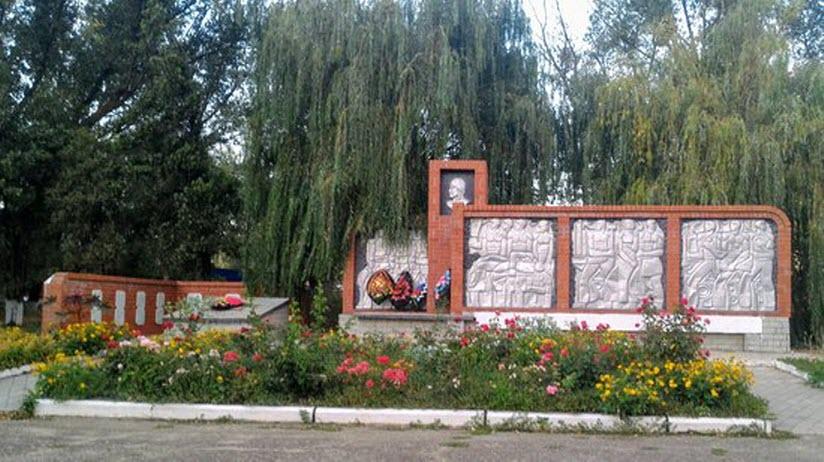 Мемориал Славы советским воинам, павшим в боях за посёлок в 1943 г.