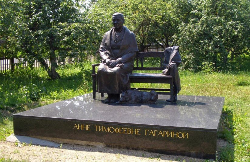Памятник матери Гагарина