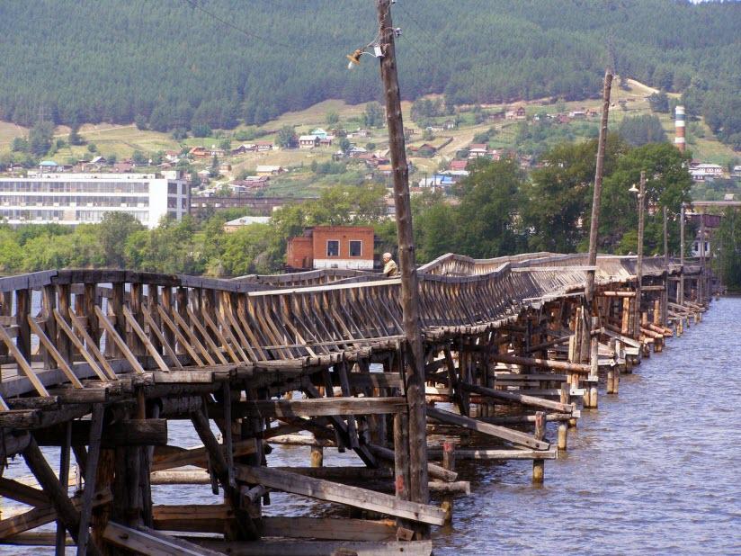 Пешеходный деревянный мост
