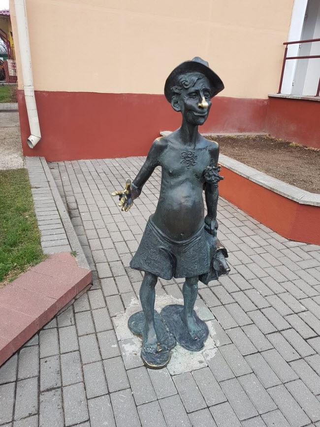 Скульптура «Банщик Вася»