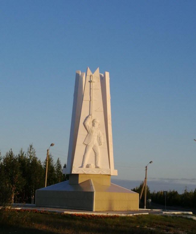 Монумент Первопроходцам Ноябрьского нефтегазового комплекса