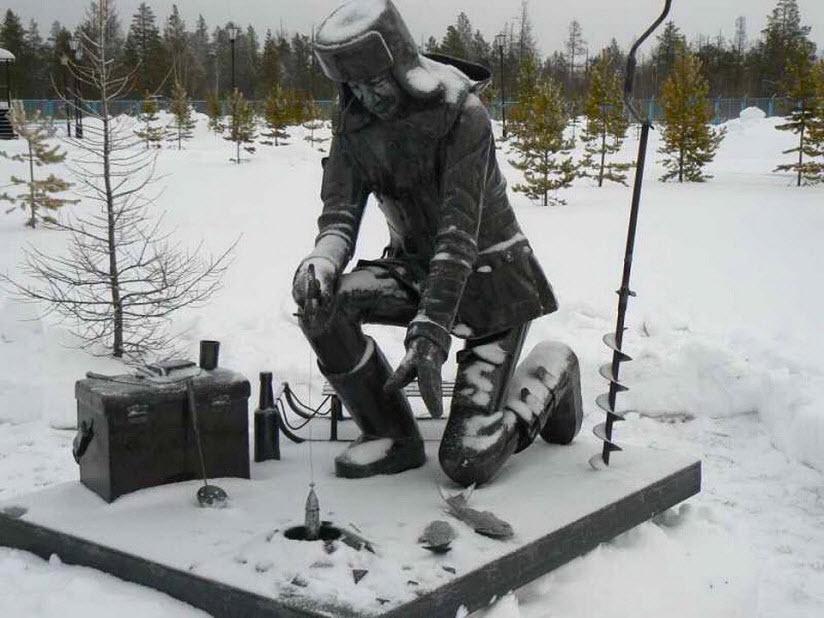 Скульптура «Рыбак на зимней рыбалке»