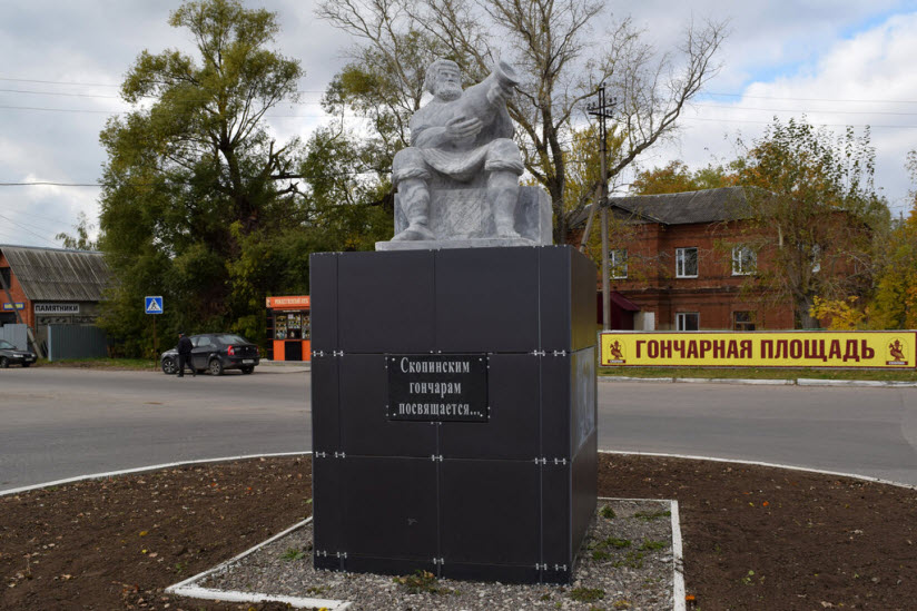Памятник гончару Д. Кирееву